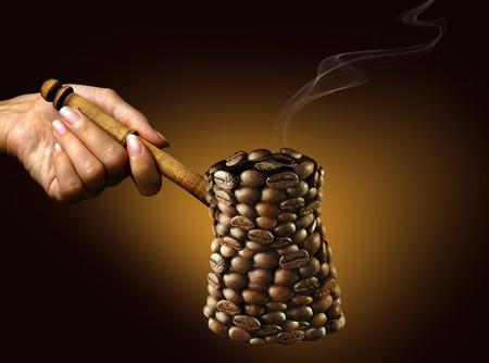 ゴールデン暗い背景にコーヒー豆から成っているコーヒー メーカー