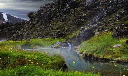 がたがた。アイスランドの山の中の温泉。 写真素材