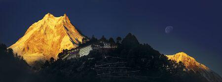ヒマラヤ山脈。Ribum 修道院。ネパール。マナスル地域。