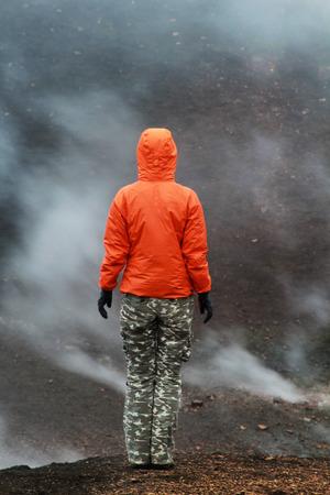 火山の風景の人。アイスランド。 写真素材