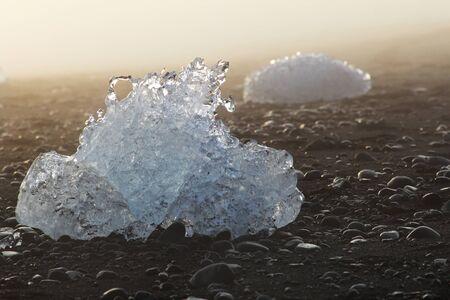 黒砂のビーチの海岸の氷します。アイスランド。