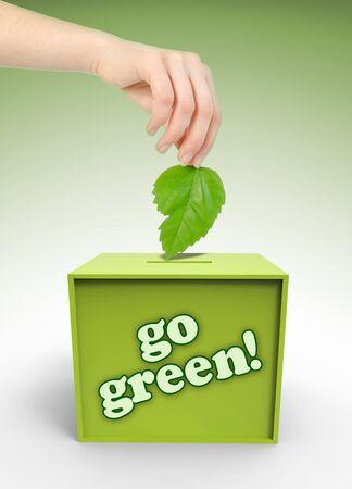 voting box: Ecologia casella di voto con la mano e foglia su sfondo verde