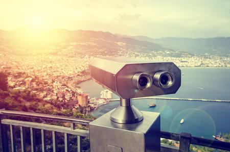 Visor binocular que funciona con monedas junto al paseo marítimo de Antalya con vistas a la bahía y la ciudad