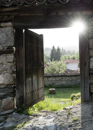 Eröffnet alte Holztür mit Panorama- und Sonnenstrahlen Standard-Bild - 40547826