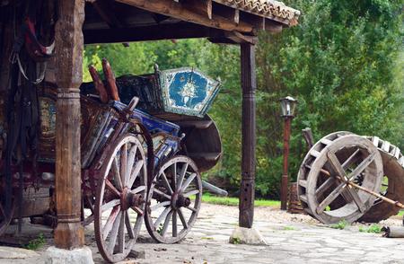 carreta madera: Viejo carro de madera retro en la casa de madera vieja