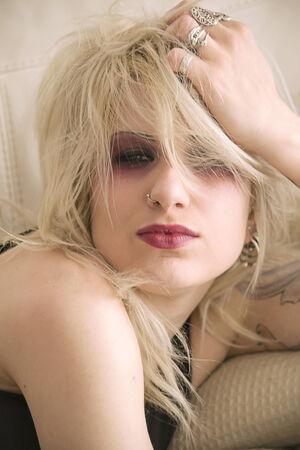 tattoed: Chica rubia con el maquillaje pesado Foto de archivo
