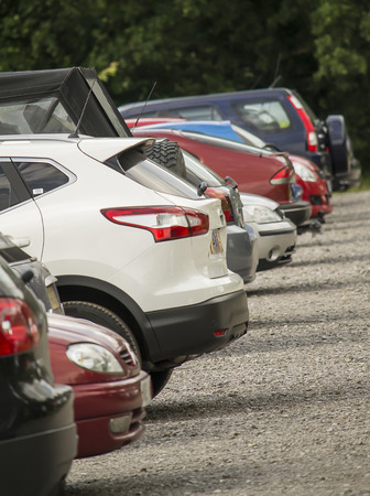 Kleiner Parkplatz im Freien mit geparkten Autos Standard-Bild - 30120684