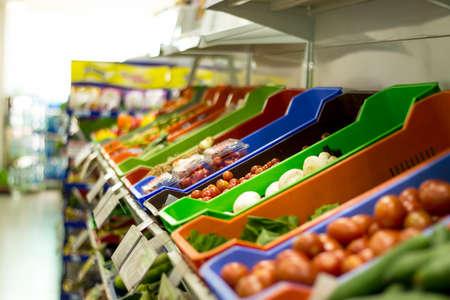 gamme de produit: Légumes dans l'allée de légumes dans le supermarché. Banque d'images