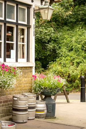Corner von einem traditionellen englischen Dorf Pub. Standard-Bild - 60176316
