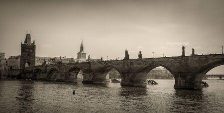 Vintage Bild von der Karlsbrücke und Moldau in Prag. Standard-Bild - 60456901