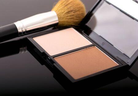 Contour-Kit Palette mit einem Make-up Pinsel Standard-Bild - 60746782