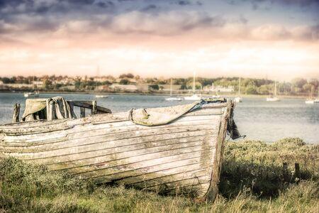 Altes Holzboot Standard-Bild - 99394176