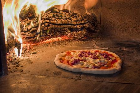 pizza de salchicha en un horno de leña