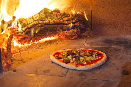 Pizza en un horno de piedra tradicional italiana