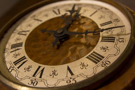 Alte Kupfer Uhr mit römischen Ziffern. Vintage, Retro, antike
