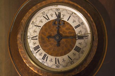 numeros romanos: reloj de cobre viejo con los números romanos. Vintage, retro, antigüedad