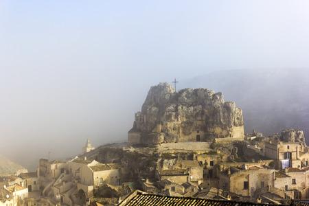 霧のマテーラのマドンナ・デ・イドリス教会の眺め,イタリア 写真素材