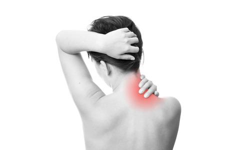 여성의 목에 통증이. 목을 만지면.