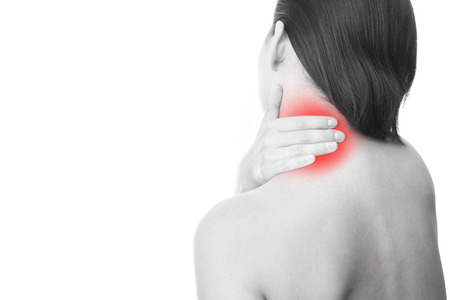 女性の首の痛み。首に触れます。