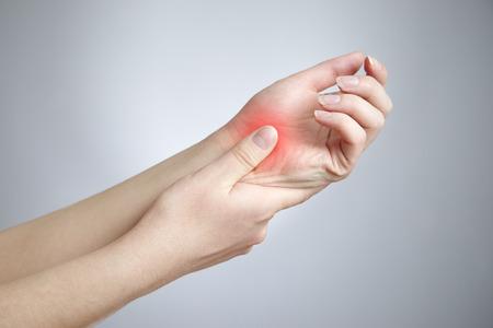 손의 관절에 통증이. 여성의 손 관리.