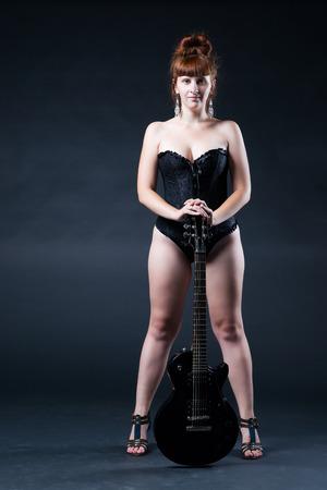 rocker girl: Mujer joven con una guitarra el�ctrica en el estudio