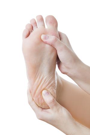 manos y pies: El dolor en el pie. Masaje de pies femeninos. Pedicuras. Aislado en el fondo blanco.