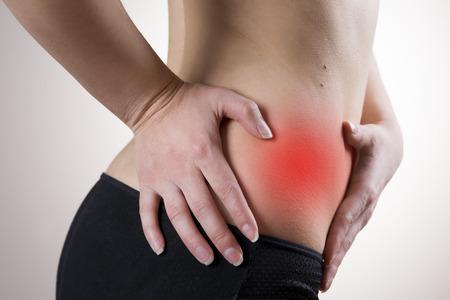 Schmerzen in der rechten Seite der Frau. Blinddarmentzündung. Red dot.