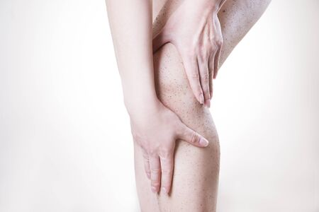 elasticidad: Cuidado del cuerpo, descamación de la piel piernas. El masaje de la cadera.