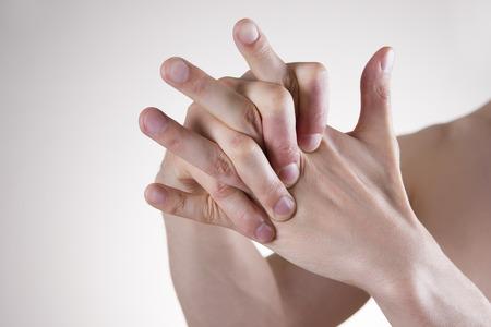 reflexologie: Massage main. La douleur dans les articulations des doigts. Arthralgie