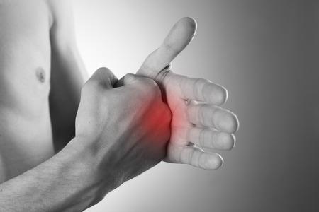 hombres negros: Dolor en la palma de la mano sobre un fondo gris. Cuidado de las manos masculinas. Foto de archivo