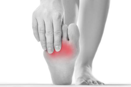발에 통증이. 여성 피트 마사지. 발톱 손질. 흰색 배경에 고립입니다.