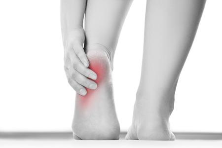 massieren: Schmerzen im Fuß. Massage der weiblichen Füße. Pediküre. Isoliert auf weißem Hintergrund.