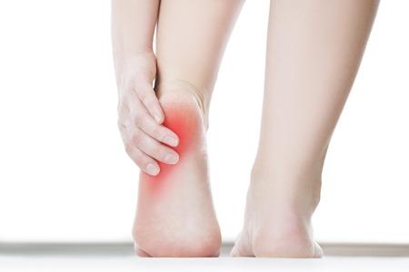 Schmerzen im Fuß. Massage der weiblichen Füße. Pediküre. Isoliert auf weißem Hintergrund.