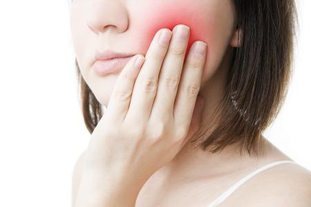Zahnschmerz. Gesicht der Frau isoliert auf weißem Hintergrund