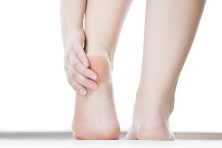 tacones: Masaje de pies femeninos. Pedicuras. Aislado en el fondo blanco.