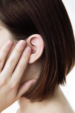 dolor de oido: Earache fondo blanco aislado