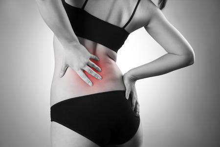 背中の痛みと女性。人間の体の痛み。赤のドットの黒と白の写真