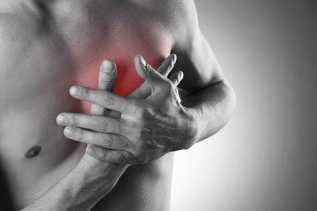 enfermedades del corazon: Ataque al corazón. El dolor en el cuerpo humano. Foto en blanco y negro con el punto rojo Foto de archivo