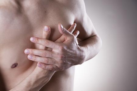 dolor de pecho: Ataque al corazón. El dolor en el cuerpo humano en el fondo gris.
