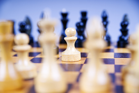 ajedrez: Concepto con piezas de ajedrez sobre un tablero de ajedrez de madera. Enfoque selectivo Foto de archivo