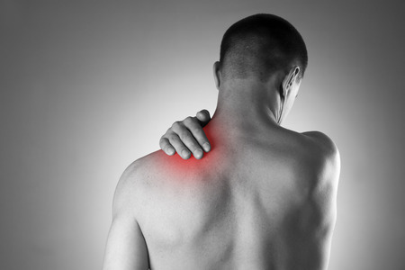 shoulders: Hombre con dolor en el hombro. El dolor en el cuerpo humano. Foto en blanco y negro con el punto rojo