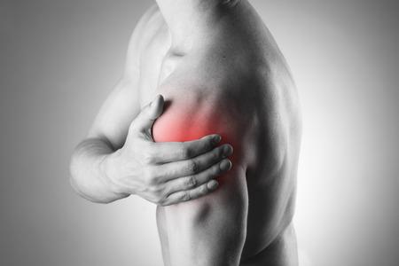 epaule douleur: Homme avec douleur dans l'�paule. La douleur dans le corps humain. Photo en noir et blanc avec des points rouges