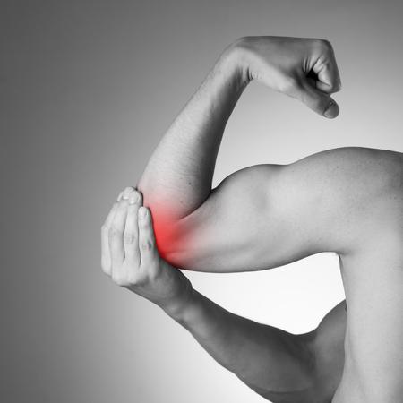 persona enferma: Dolor en las articulaciones de las manos. Cuidado de las manos masculinas. foto en blanco y negro con el punto rojo Foto de archivo