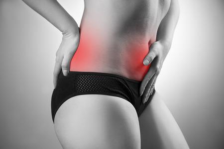 dolor abdominal: Mujer con dolor abdominal y la espalda. El dolor en el cuerpo humano. Foto en blanco y negro con el punto rojo