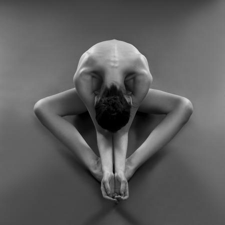 nude young: Обнаженная йога. Красивая сексуальная тело молодой женщины на черном фоне