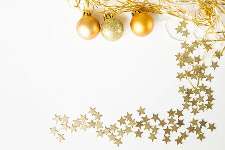 estrella: Bolas y estrellas sobre fondo blanco. Feliz A�o Nuevo Foto de archivo