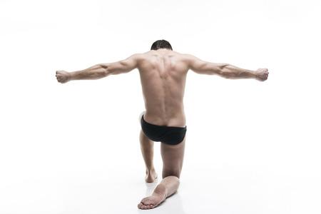modelos hombres: fisicoculturista muscular hermoso que presenta en el fondo blanco. Tiro aislado del estudio. cuerpo masculino atractivo Foto de archivo