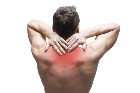 hombros: Dolor en el cuello. Hombre con dolor de espalda. Carrocería masculina muscular. Aislado en el fondo blanco con el punto rojo Foto de archivo