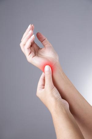 손의 관절에 통증이 있습니다. 수근관 증후군. 빨간 점이 회색 배경에 인체의 통증 스톡 콘텐츠
