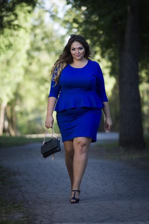 젊은 아름 다운 있으면 백인 더하기 크기 패션 모델 파란 드레스 야외, 자연, 전체 길이 초상화에 xxl 여자 스톡 콘텐츠